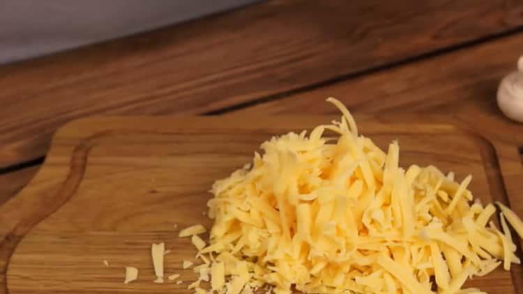 Для приготовления жульена натрите сыр