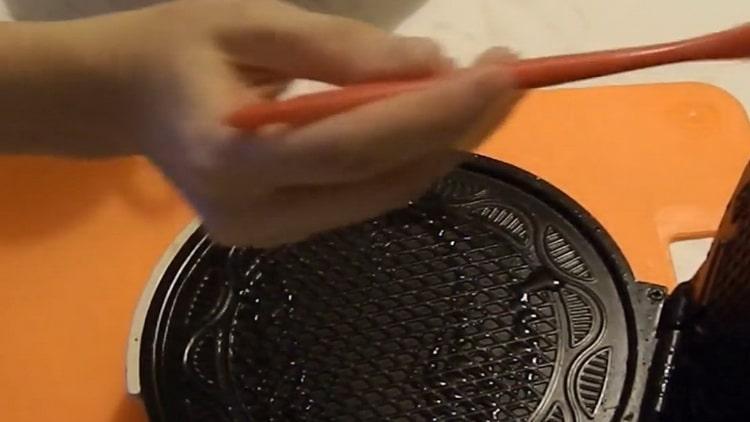 Для приготовления вафель смажьте вафельницу