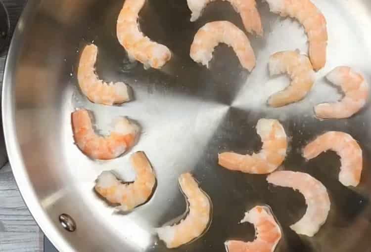 Для приготовления ризотто обжарьте креветки