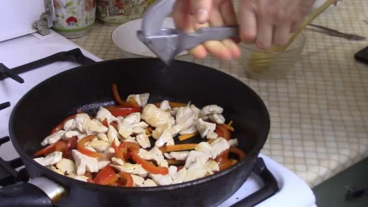 Для приготовления рисовой лапши обжарьте ингредиенты