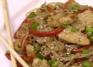 Рисовая лапша с курицей и овощами — вкусный ужин за 15 минут 🍝