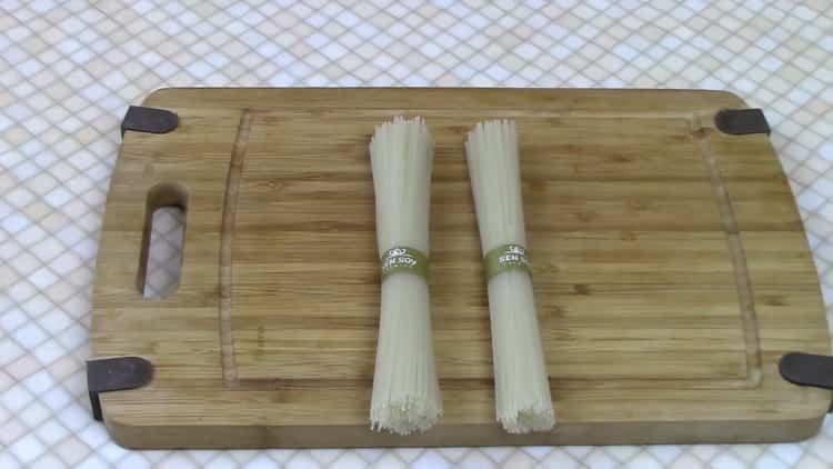 Как готовится рисовая лапша с курицей и овощами