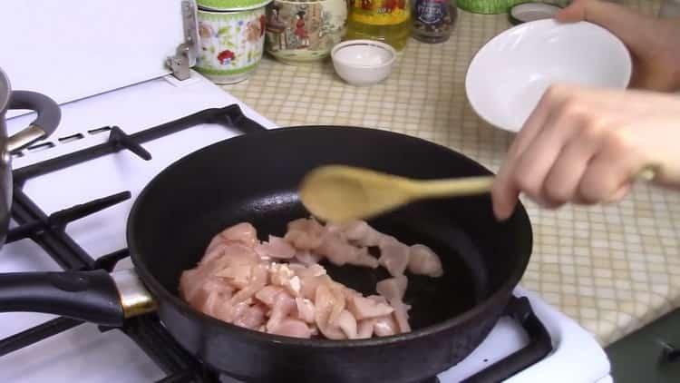 Для приготовления рисовой лапши обжарьте мясо