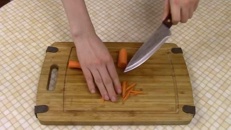 Для приготовления рисовой лапши нарежьте морковь