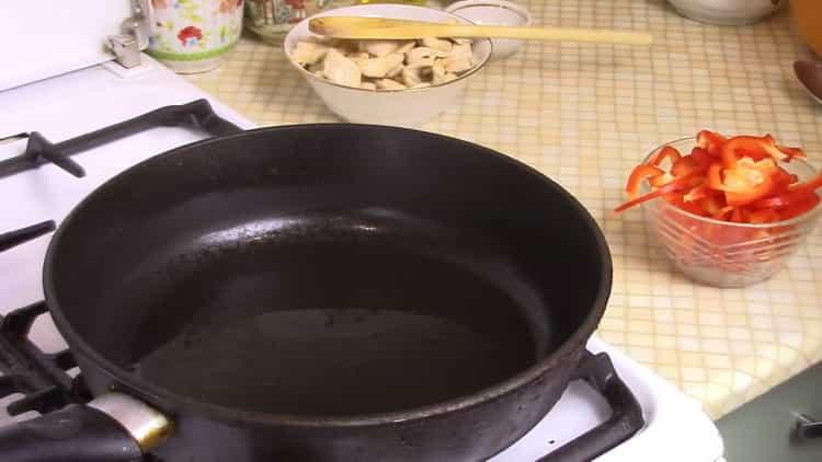 Для приготовления рисовой лапши разогрейте сковородку