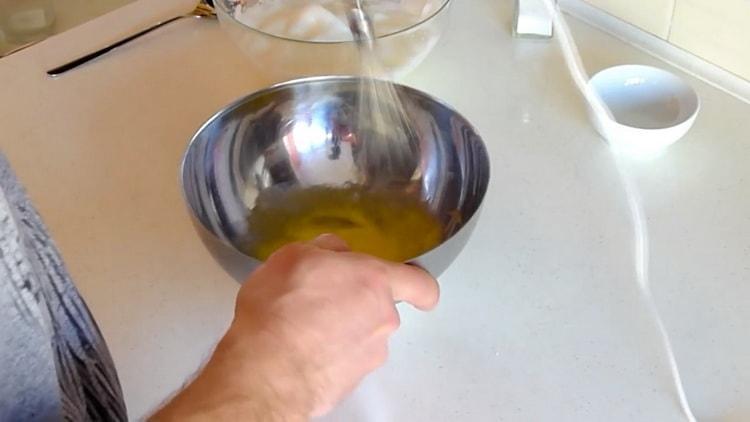 Для приготовления пудинга взбейте желтки