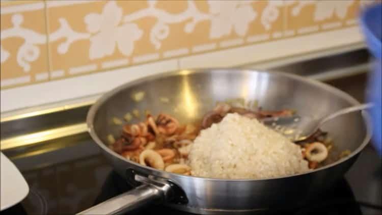 Для приготовления риса с кальмарами добавьте рис