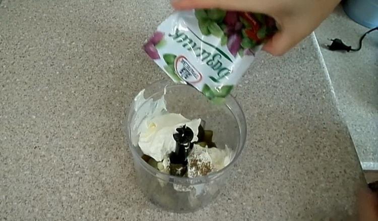 Для приготовления заправки, добавьте базилик