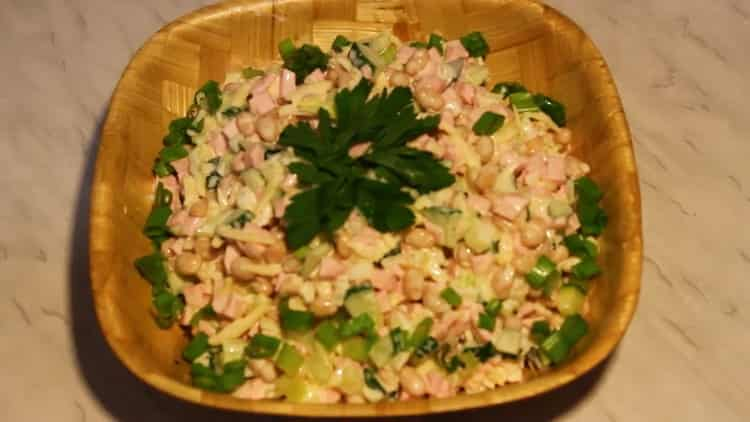 салат с белой фасолью готов
