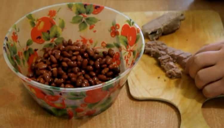 Для приготовления салата нарежьте нарежьте говядину