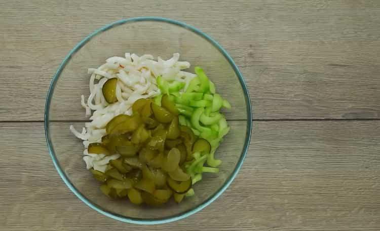 Для приготовления салата соедините все ингредиенты