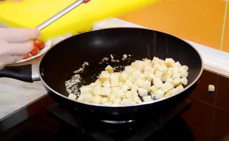 Для приготовления салата обжарьте хлеб
