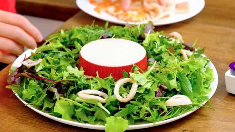 Для приготовления салата подготовьте морепродукты