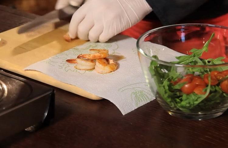 Для приготовления салата подготовьте креветки