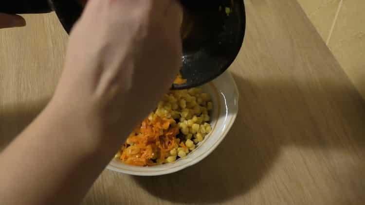 Для приготовления салата соедините ингредиенты