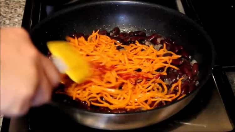 Для приготовления блюда высыпьте добавьте томатную пасту