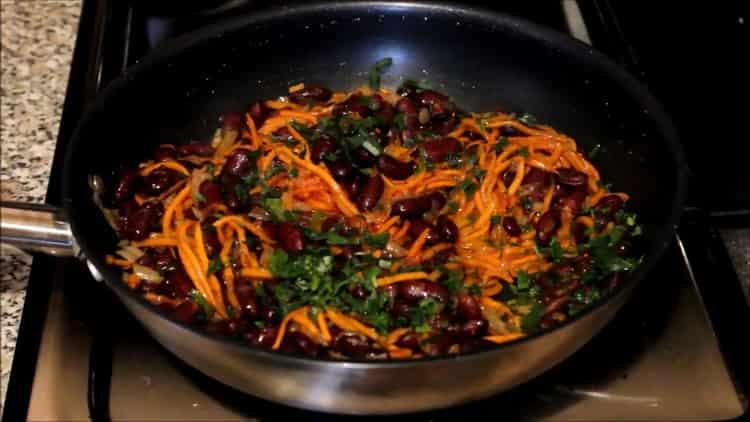Для приготовления блюда высыпьте добавьте зелень