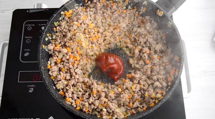 Для приготовления спагетти болоньезе добавьте томатную пасту