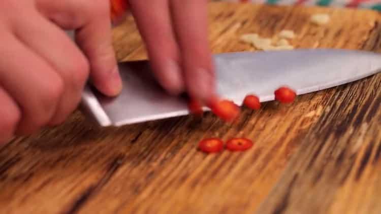 Для приготовления фасоли нарежьте перец