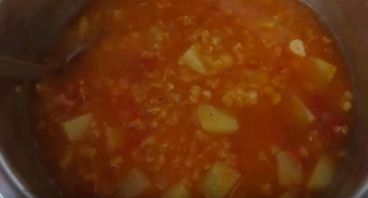 Готовим суп под крышкой.