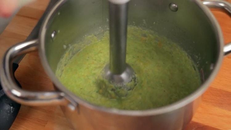Для приготовления супа измельчите блендером ингредиенты