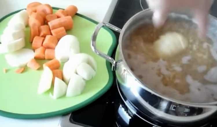 Для приготовления супа выложите овощи в кастрюлю