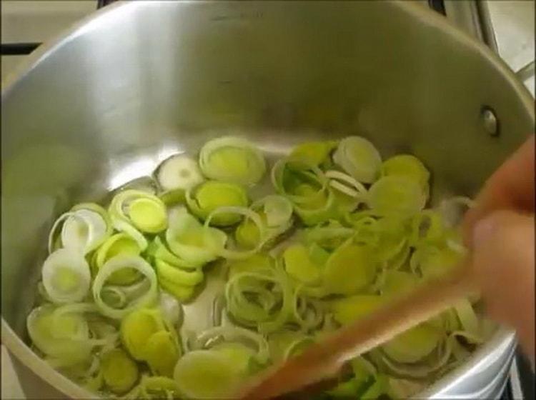 Для приготовления супа обжарьте лук