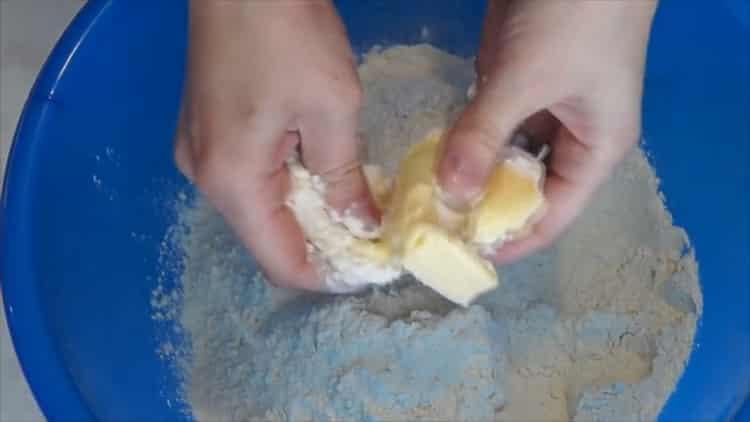 Для приготовления теста на кефире смешайте масло с мукой