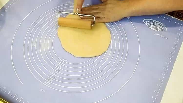 Для приготовления раскатайте тесто