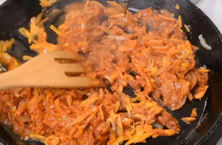 Для приготовления тефтелей добавьте томатную пасту