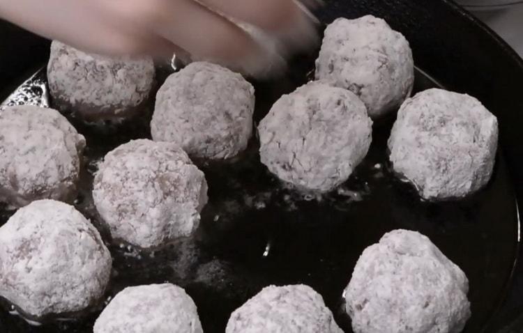 Для приготовления тефтелей обжарьте