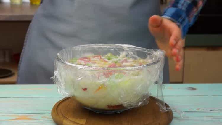 Для приготовления торта с желе поставьте ингредиенты в холодильник
