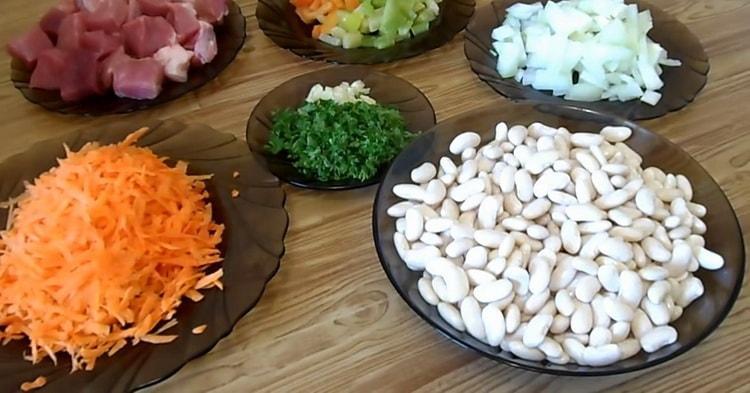 Для приготовления фасоли нарежьте ингредиенты
