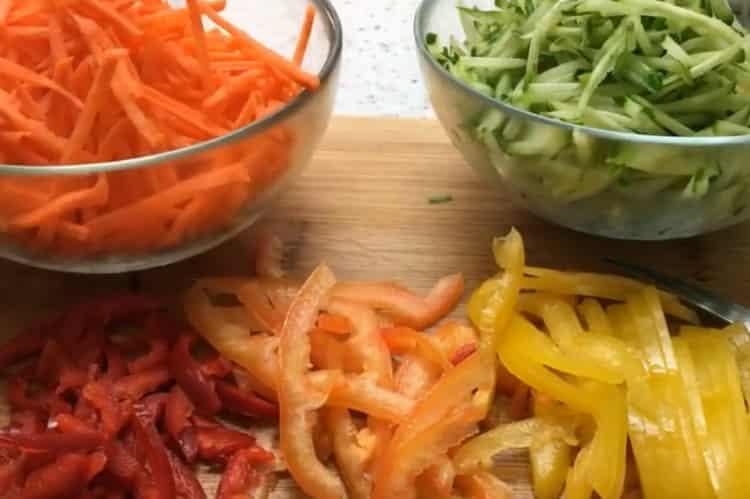 Для приготовления фрунчезы нарежьте овощи