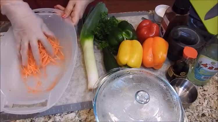 Для приготовления фунчезы натрите морковь