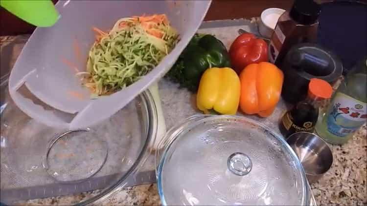 Для приготовления фунчезы натрите огурцы