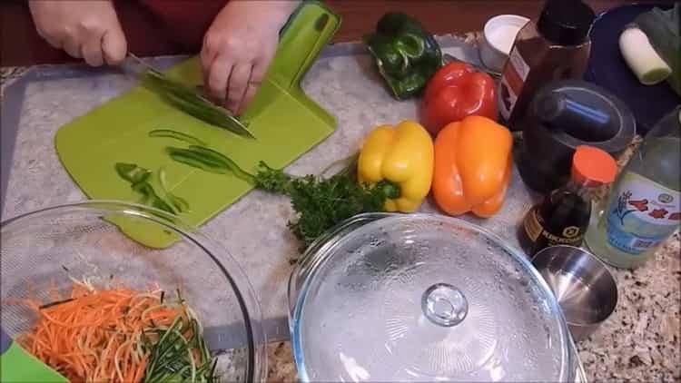 Для приготовления фунчезы режьте перец