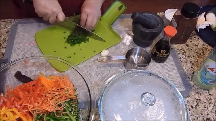 Для приготовления фунчезы нарежьте зелень