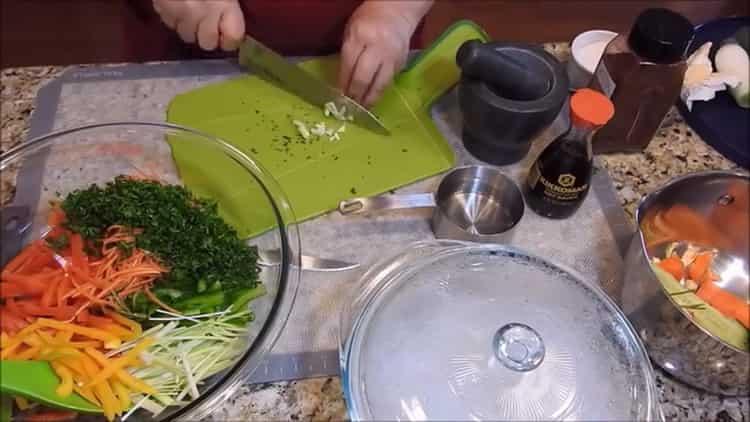 Для приготовления фунчезы нарежьте чеснок