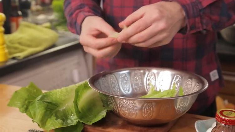 Для приготовления салата подготовьте листья салата