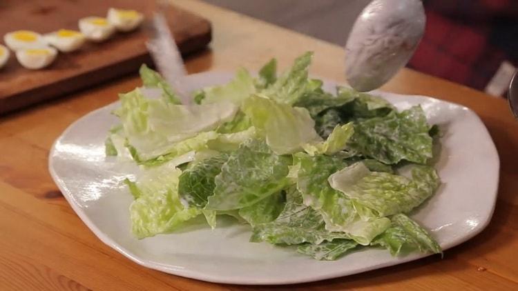 Для приготовления салата выложите салат на тарелку