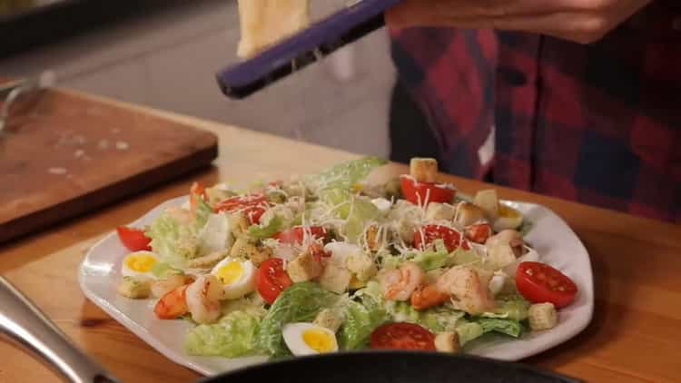 Для приготовления салата выложите все ингредиенты
