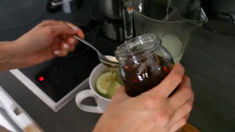 Для приготовления чая добавьте мед