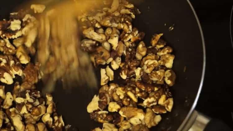 Для приготовления десерта обжарьте орехи