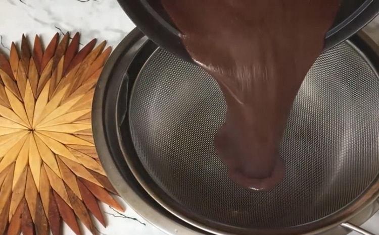 Для приготовления мороженого процедите ингредиенты