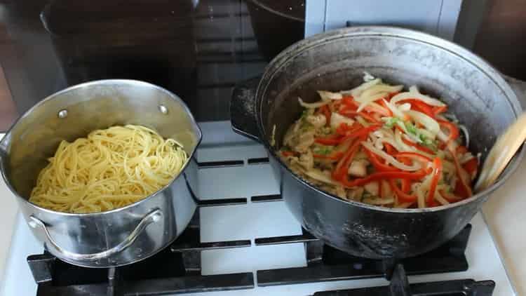 Для приготовления японской лапши смешайте ингредиенты