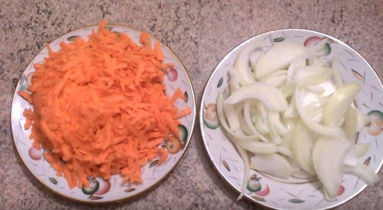 Натираем на терке морковь, лук режем полукольцами.