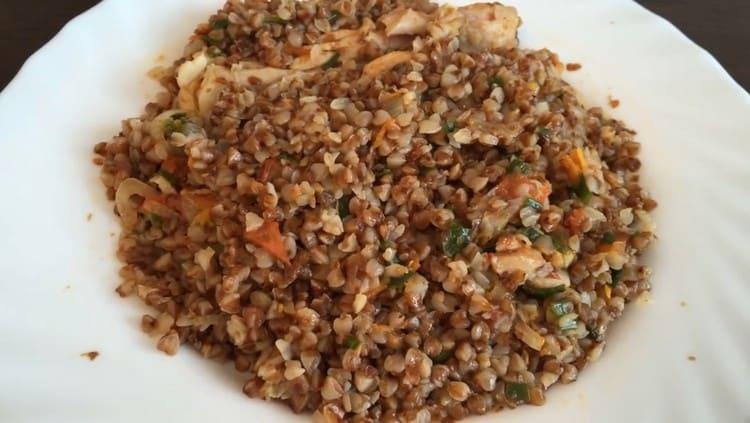 Приготовленная таким образом гречка с курицей на сковороде это вполне самодостаточное блюдо.