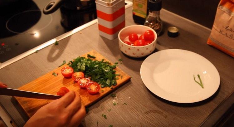 Измельчаем петрушку, нарезаем пополам помидорки черри.