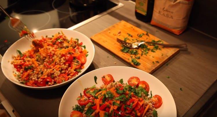 Аппетитная гречка с овощами готова.
